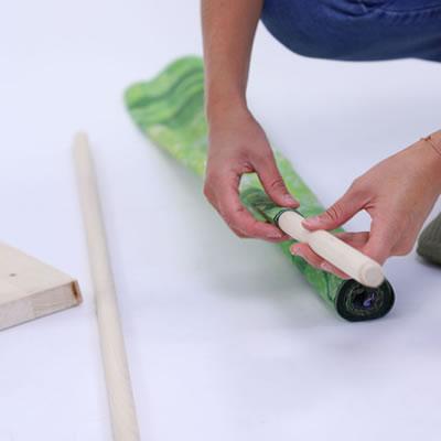 """das Textil wird mit dem Hohlsaum über die Holzstange gezogen (Öko-Trennwand """"Wood"""")"""