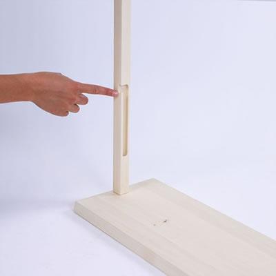 """Einhängen der unteren Rundstange in die seitlichen Holzstangen der Holz-Trennwand (Holzbanner """"Wood"""")"""